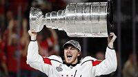 T. J. Oshie pozvedl nad hlavu slavný Stanley Cup.