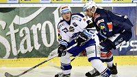 Brněnský hokejista Vojtěch Němec s pukem je atakovaný Jurajem Valachem z Chomutova.