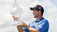 Irský golfista Padraig Harrington pózuje s trofejí pro vítěze turnaje Honda Classic.