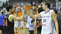 Český basketbalista Jan Veselý (vpravo) a Ryumo Ono z Japonska se zdraví po skončení přípravného utkání.