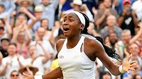 Patnáctiletá Američanka Cori Gauffová se raduje ze senzačního postupu do osmifinále Wimbledonu poté, co vyřadila Slovinku Polonu Hercogovou.