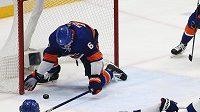 Hokejista NY Islanders Ryan Pulock v klíčovém zákroku čtvrtého semifinále play off NHL proti Tampě Bay.
