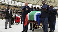 Na smuteční obřad na stadión v Durbanu dorazilo kolem třiceti tisíc lidí.