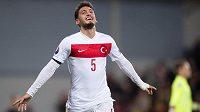Turecký záložník Hakan Calhanoglu během utkání kvalifikace ME v Praze.