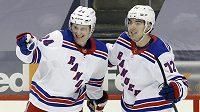 Filip Chytil (72) a Kaapo Kakko (24) z New York Rangers.