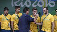 Australští sportovci se v olympijské vesnici zdraví se starostou Ria Eduardem Paesem.