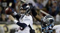 Peyton Manning (18) z Denver Broncos s Kony Ealy (94) v dresu Caroliny Panthers při finále ligy amerického fotbalu NFL.