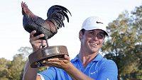 Cody Gribble s trofejí pro vítěze turnaje v Jacksonu.