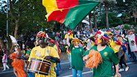 Pochod v ruském Soči vyvolal skandál. Banány kolem krku zástupců Kamerunu je vnímán jako rasismus.