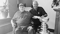 Neil Armstrong (vlevo) se svým synem Dougem, který jako generální manažer vyhrál loni s týmem St. Louis Blues Stanleyův pohár.