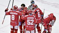 Hokejisté Třince se radují z prvního gólu. Vlevo je autor branky Aron Chmielewski.