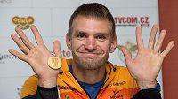 Skifař Ondřej Synek ze zlatou medailí z mistrovství světa ve veslování ve Francii po návratu do Prahy.
