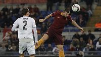 Útočník AS Řím Edin Džeko střílí jeden ze svých tří gólů v zápase proti Plzni.
