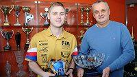 Michal (vlevo) a Stanislav Matějovští s trofejemi pro mistry Evropy. Dělí je čtrnáct let.