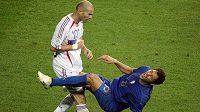 """Italský obránce Marco Materazzi padá po """"hlavičce"""", kterou mu v průběhu finále MS uštědřil Zinédine Zidane."""