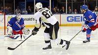 Brankář New York Rangers Henrik Lundqvist zasahuje po střele Sidney Crosbyho.