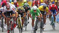 Spurt do cíle 3. etapy. V zeleném vítěz Mark Cavendish z Velké Británie, vlevo Němec Andre Greipel.
