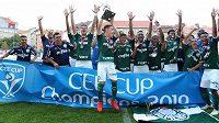 Kapitán Tomás zvedá nad hlavou trofej, pražský turnaj opět ovládli brazilští Palmeiras.