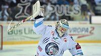 Frustrovaný brankář Liberce Ján Lašák mláti hokejkou do ledu po prohře ve druhém finálovém zápase s Brnem.