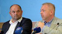 Zleva předseda Fotbalové asociace ČR Miroslav Pelta a ministr vnitra Milan Chovanec.