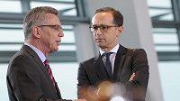Německý ministr spravedlnosti Heiko Maas (vpravo) a ministr vnitra Thomas de Maiziere.