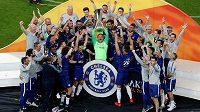 Robert Green (uprostřed s trofejí) slaví se spoluhráči triumf Chelsea v Evropské lize.