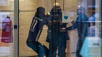Fotbalista Antverp Didier Lamkel Zé se pokouší probojovat do tréninkového centra v dresu rivalského Anderlechtu.
