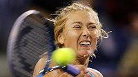 Maria Šarapovová během zápasu se Srbkou Ivanovičovou na turnaji v Indian Wells.