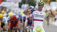 Slovenský cyklista Peter Sagan oslavuje triumf v první etapě Tour de France.