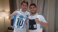 Sergio Agüero (vpravo) předal nejmenší dres v historii argentinské reprezentace svému spoluhráči Lionelu Messimu.