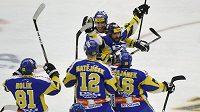 Hokejisté Zlína se radují po vítězném gólu Petra Lešky v utkání proti Plzni.