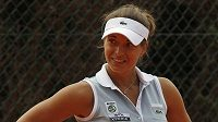 Petra Cetkovská při utkání s Alexandrou Panovovou v Estorilu.