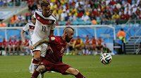 Portugalec Raul Meireles v souboji s německým fotbalistou Mariem Götzem (v bílém).
