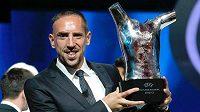Franck Ribéry s trofejí pro nejlepšího fotbalistu Evropy.