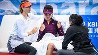 Tenistka Maria Šarapovová na turnaji v Šen-čenu utěšovala svou mladou čínskou soupeřku Wang Sin-jü, která skrečovala zápas kvůli poranění nohy.