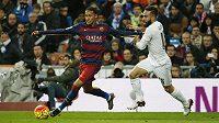 Dani Carvajal (vpravo) stíhá při El Clásicu útočníka Barcelony Neymara.