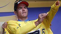 Belgický cyklista Greg van Avermaet se obléká do žlutého dresu lídra Tour de France.