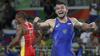 Zápasník Davit Čakvetadze se raduje z olympijského zlata.
