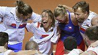 Český fedcupový tým se ve Stuttgartu raduje z postupu do finále.