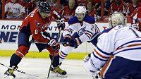 Obránce Edmontonu Oilers Jeff Petry (2) se snaží zadržet útočníka Washingtonu Capitals Alexandera Ovečkina (8) v pondělním duelu NHL