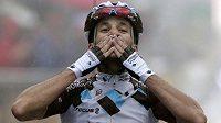 Domácí cyklista Blel Kadri slaví vítězství v osmé etapě Tour de France.