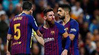 Barcelonský Lionel Messi (uprostřed) reaguje po střetu se Sergiem Ramosem z Realu.