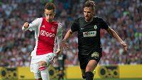 Talentovaný ofenzivní hráč Ajaxu Václav Černý (vlevo) v souboji s jabloneckým Filipem Novákem.