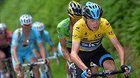 Christopher Froome (ve žlutém) je lídrem Critérium du Dauphiné.