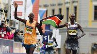 Kipsang a Ronoh společně nesou keňskou vlajku na olomouckém maratónu v roce 2014.