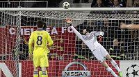 Brankář Chelsea Petr Čech zasahuje v utkání proti Mariboru.