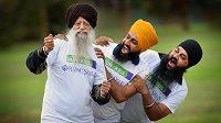 Nejstarší maratonec světa Fauja Singh (vpředu) do svých pěti let neuměl chodit a opravdu běhat začal až ve věku 89 let.