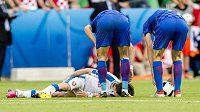 Zraněný Tomáš Rosický při utkání s Chorvaty.