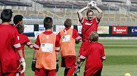 Tradiční modrou barvu vystřídala na desátém ročníku Fotbalové školy Petra Čecha červená.