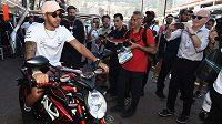 Lewis Hamilton se rád projede na motorce.